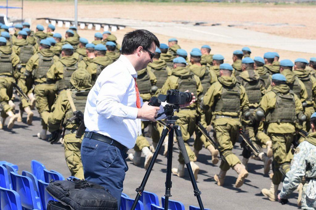 Il filmaker Ruggero Piccoli ad Astana in Kazakistan mentre registra dei video di militari che marciano
