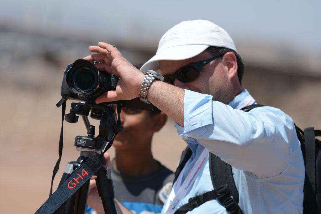Il filmaker Ruggero Piccoli mentre riprende dei video di aerei militari e civili con il cavalletto e una Panasonic Gh4