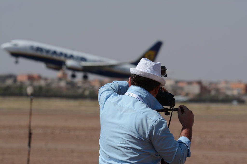 Il filmaker Ruggero Piccoli mentre riprende il video di un aereo Ryanair