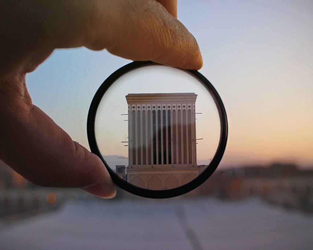 Edificio inquadrato tramite un filtro