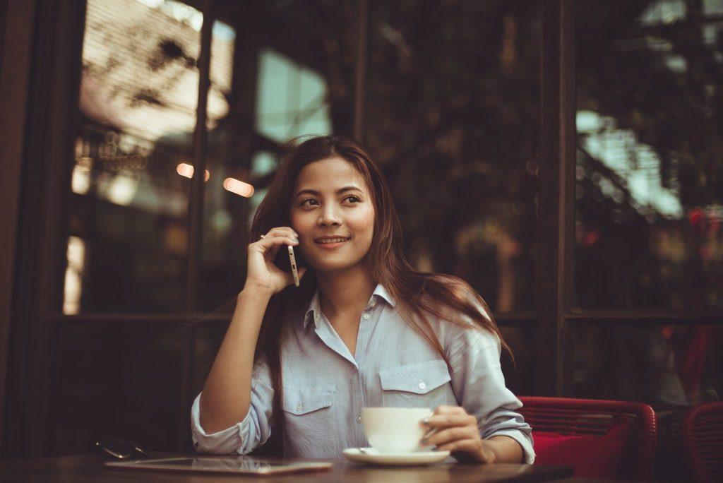 Stock image di una donna che parla allo smartphone