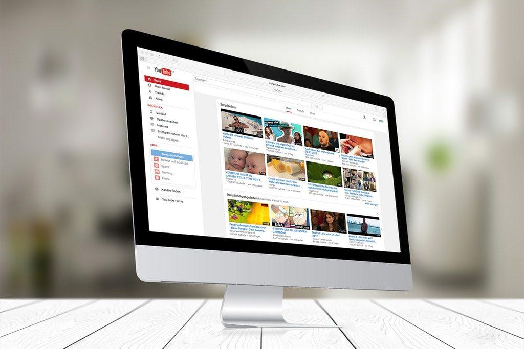 Stock image di un computer che visualizza un canale Youtube