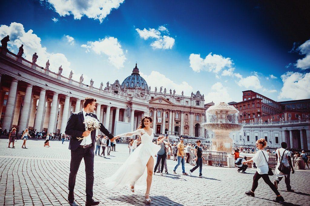 Persone che camminano in Piazza San Pietro a Roma