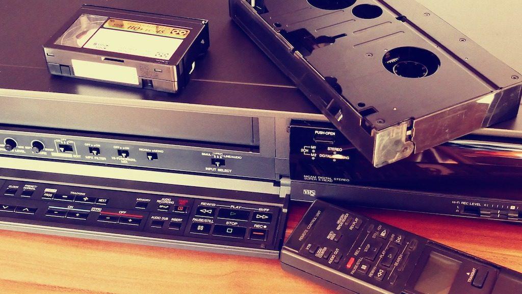 Videoregistratore e nastri di telecamera in un sistema analogico per modificare video