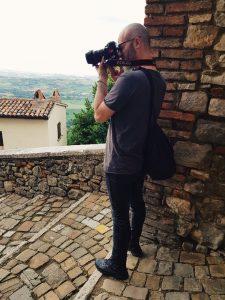 Il fotografo Daniele Gay con la reflex mentre scatta una foto