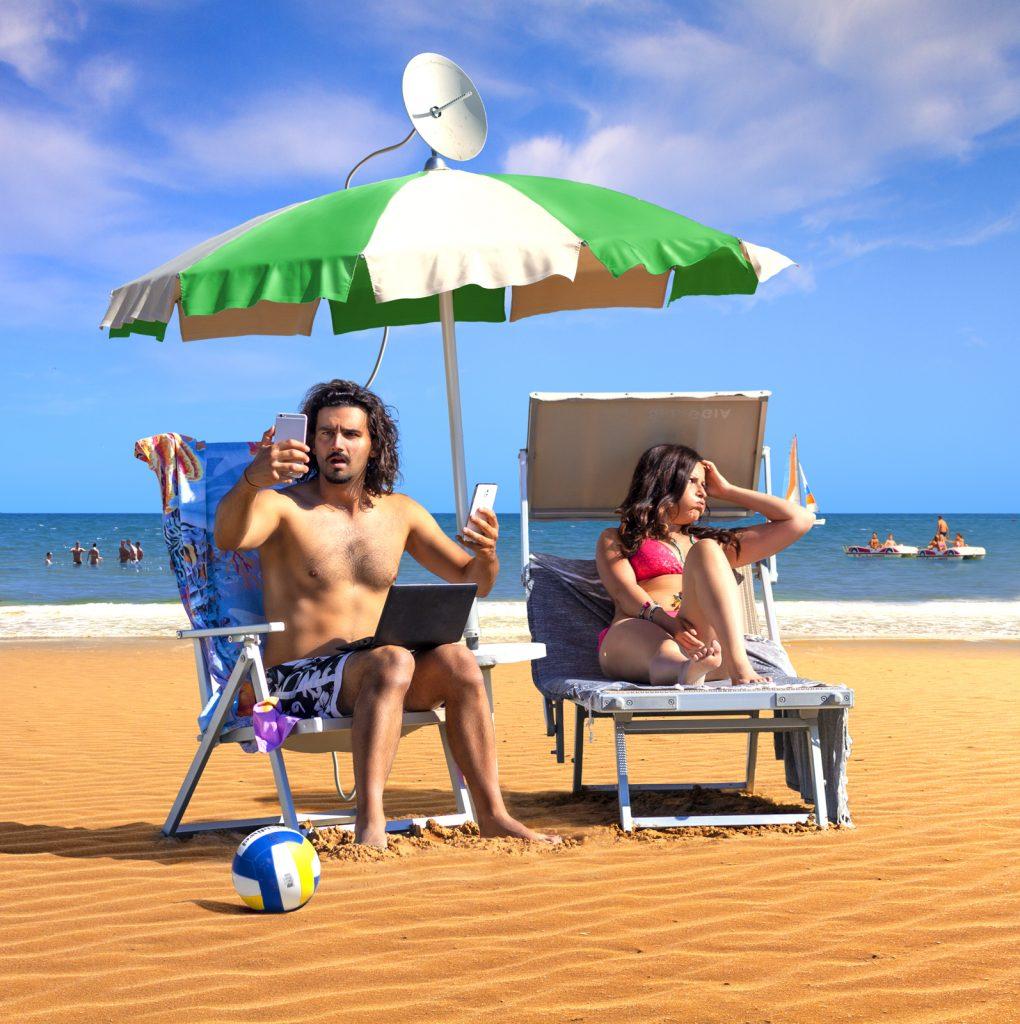 Elaborazione grafica del freelance Daniele Gay raffigurante due persone su una spiaggia affette da nomofobia