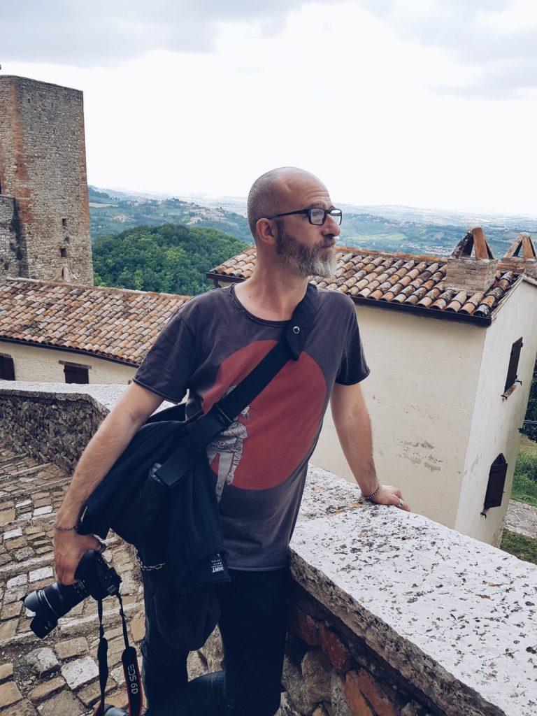 Il fotografo Daniele Gay con la sua mirrorless Canon Eos M50