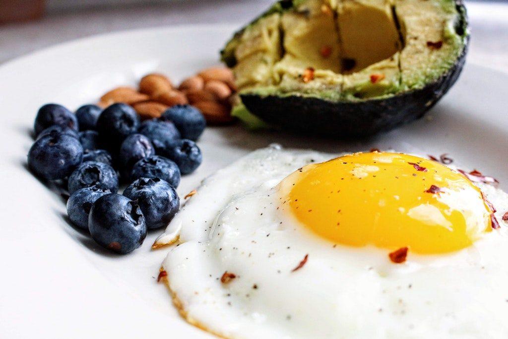 Piatto con uova e mirtilli