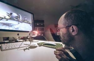 Il grafico freelance Daniele Gay mentre lavora al computer