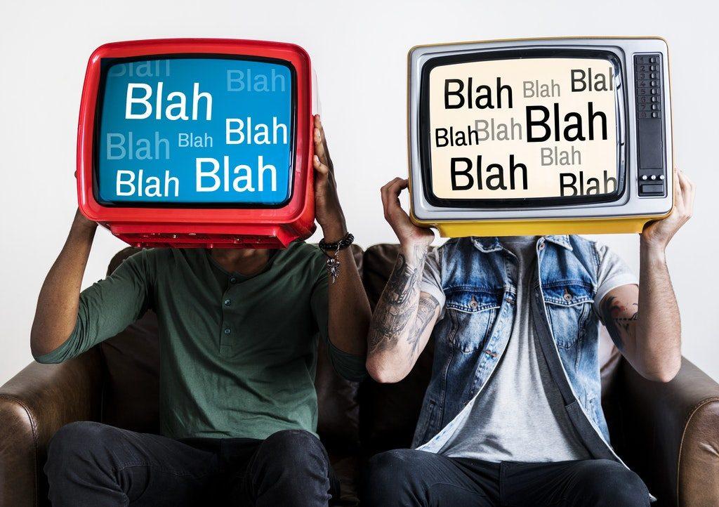 Due uomini con in mano un televisore PAL e uno NTSC