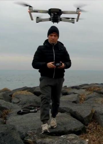 Il produttore di stock images e stock footage Marco Cerulli mentre riprende con un drone Mavic