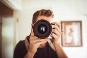 Fotografo mentre scatta in un interno