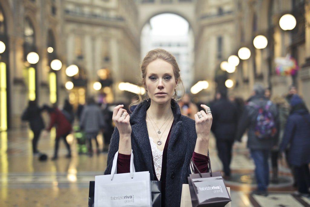 Donna con le borse dello shopping a Milano in Galleria Vittorio Emanuele