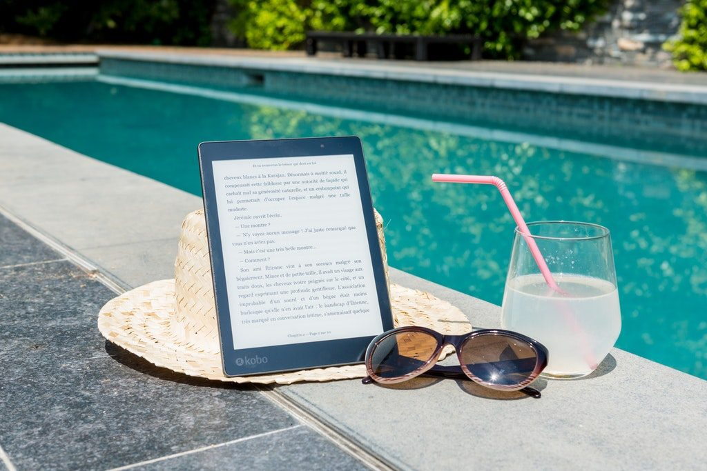 Cockatail e tablet a bordo piscina