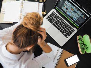 Un'impiegata davanti al computer in una pausa da lavoro