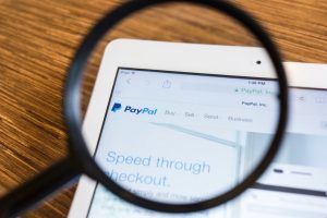 Schermo di un tablet con PayPal