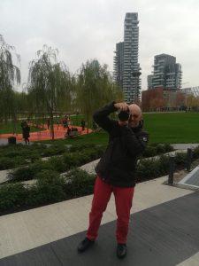 Il fotografo Mauro Celeghini a Milano sotto al bosco verticale mentre fotografa