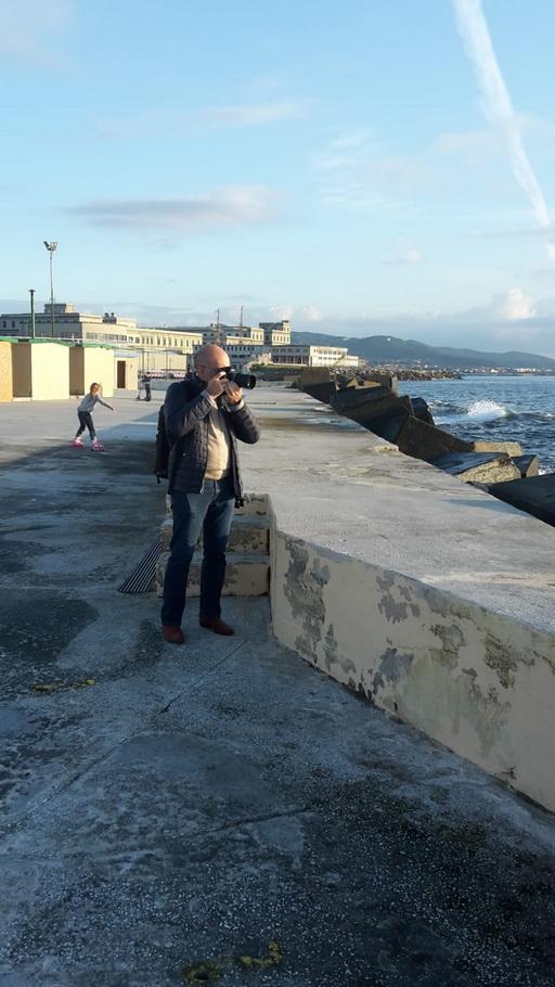 Il fotografo Mauro Celeghinial mare mentre scatta