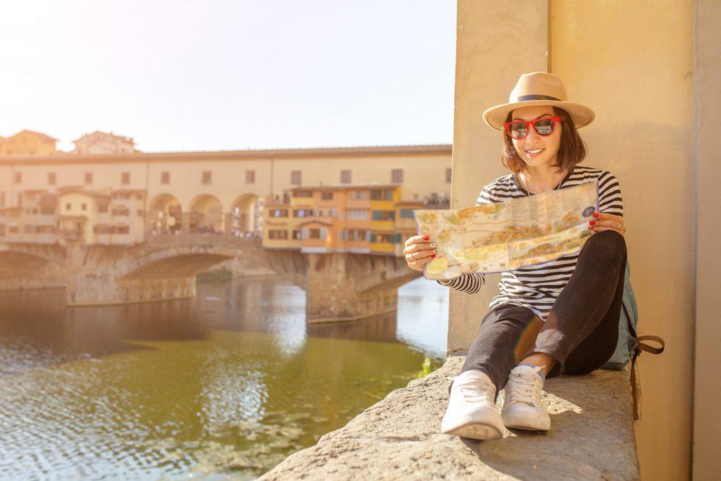 Giovane donna che legge una mappa a Firenze da una stock image scaricata gratuitamente da Adobe Stock