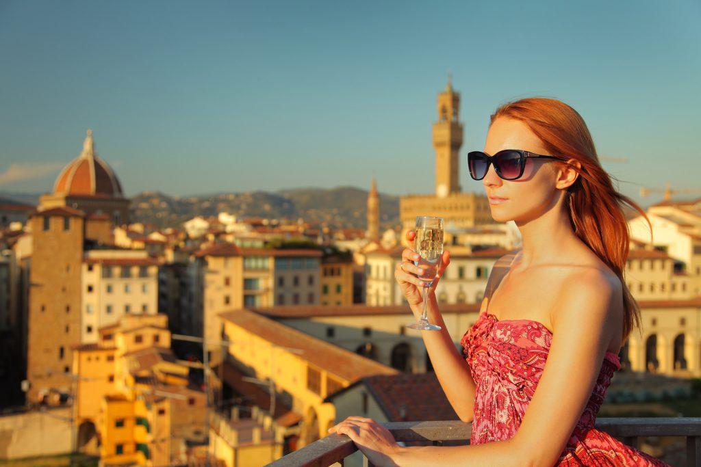 Donna che beve un aperitivo a Firenze da una stock image scaricata gratuitamente da Adobe Stock