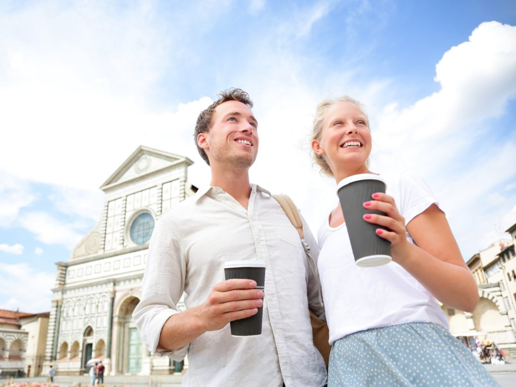 Coppia di giovani che beve un caffè take away a Firenze da una stock image scaricata gratuitamente da Adobe Stock