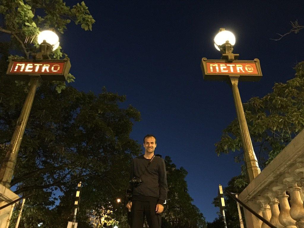 Daniele Carrer con la macchina fotografica all'uscita della metro a Parigi
