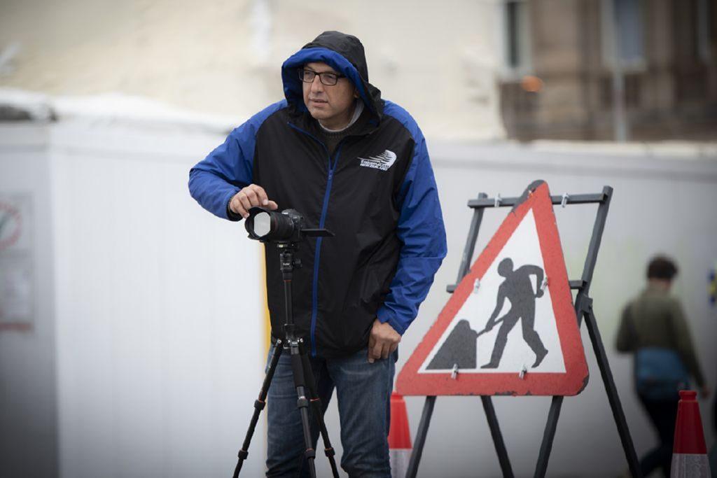 Il fotografo Camillo Cinelli al lavoro in esterna