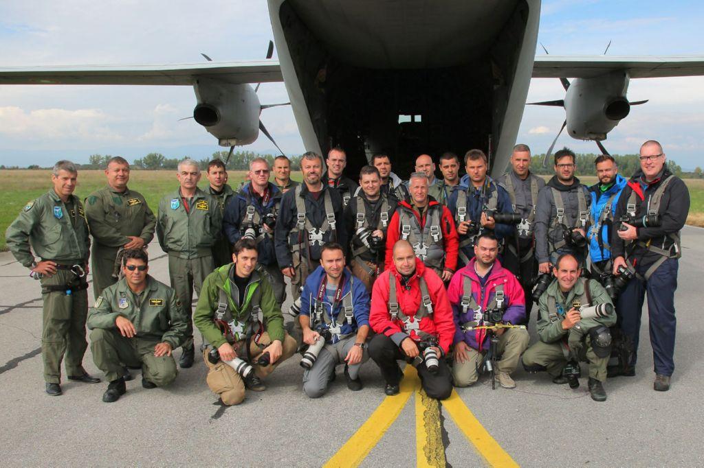 Gruppo di persone, piloti e filmaker, durante un Air Show