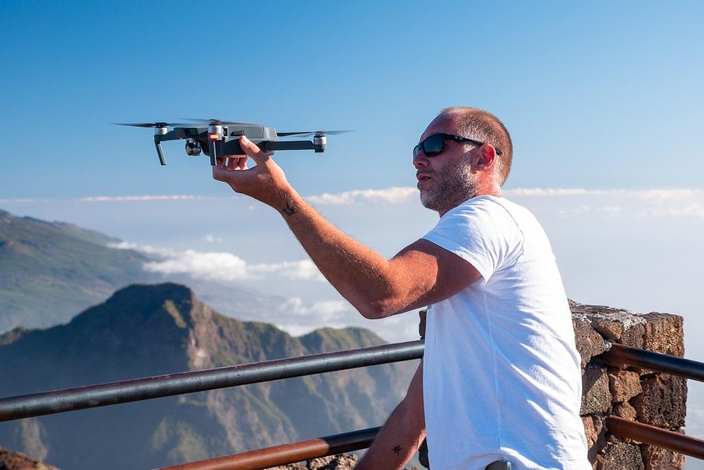 Il fotografo Simone Tognon al lavoro con il suo drone