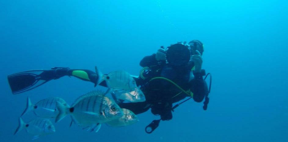 Il fotografo Simone Tognon durante delle foto subacquee