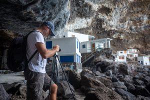 Il fotografo Simone Tognon mentre scatta foto alle Canarie