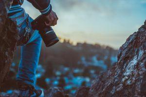 Fotografo che guarda il panorama