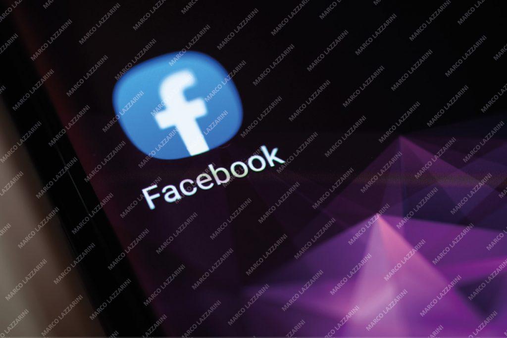 L'app di Facebook sullo schermo dello smartphone