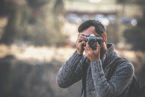Fotografo con la reflex mentre scatta