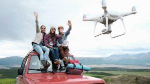 Gruppo di giovani che manovra un drone