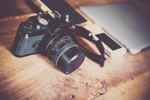 Macchina fotografica appoggiata su un tavolo