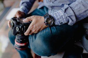 Fotografo con la reflex in mano