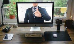 Persona sullo schermo di un computer che approva