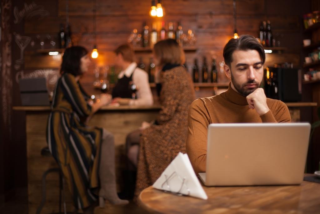 Immagine stock di un uomo al computer