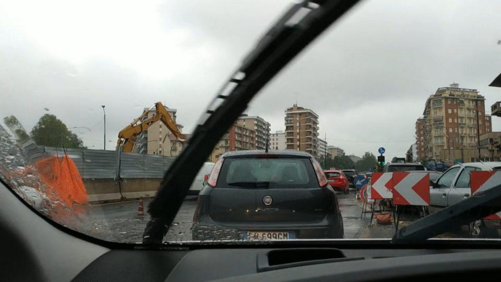 Traffico in una strada italiana con un cantiere