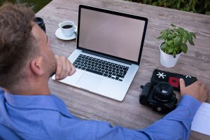 Fotografo davanti al suo laptop